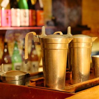 錫のちろりでまろやかに。全国から厳選した日本酒を20種以上。