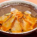 まるさ水産 - 鯛の刺身と香味野菜の器に卵を流し込み混ぜ合わせます