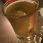 スパイシーフライヤーズ - お疲れテキーラ。ライムをショットグラスに沈めてるのは初めて見た気がする。飲みやすくて良かった。