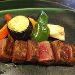 鉄板焼 花 - 特選黒毛和牛雌牛A5ランクサーロインステーキ。