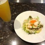 70366756 - 生ビールと海鮮サラダ。
