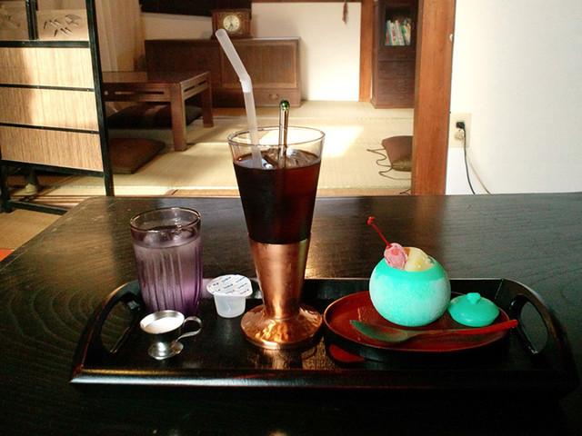 美と和 - 少しだけ背景。アイス珈琲とメロンシャーベットアイス(夏限定のセット650円)