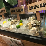 OYSTER KITCHEN La Haina - 入り口に牡蠣!
