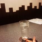 創作和食居酒屋 あまがえる - お通し(シマエビ)とお水