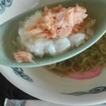 70389173 - 昆布スープに鮭節おにぎり&時鮭のほぐし身