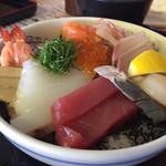 マルトモ水産 鮮魚市場 - 海鮮丼、1,300円。新鮮でボリュームがすごいです。