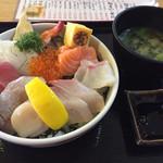 マルトモ水産 鮮魚市場 - 脂ののった海鮮で山盛り。超お得な海鮮丼です。タレでいただきます。