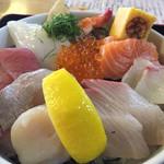 マルトモ水産 鮮魚市場 - ホタテ貝柱、大粒!サワラのタタキ、サーモン、ハマチも脂がのって美味しい。