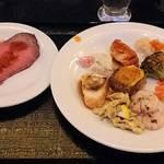シェフ・ミッキー - 料理写真:CHEF MICKEY @ Disney AMBASSADOR HOTEL 前菜類とローストビーフ