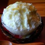 苺凛香 - 新作ゆずかき氷!さわやかな柚子シロップが上と下にかかっています。氷は台湾氷のようなきめ細やかさ!