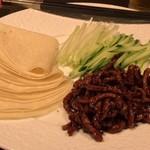 70399335 - 糸切り牛肉の甘味噌炒め クレープ包み