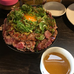 1ポンドのステーキハンバーグ タケル - ユッケ風レアステーキ丼(偶数日5食限定)