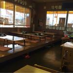 マルトモ水産 鮮魚市場 - 店内は、ゆったりしたお座敷とテーブル席もあります。