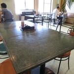 サファイ屋 - 使い込まれたテーブル。