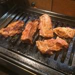肉番星 - ハサミでカットしたハラミステーキ