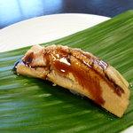 寿司・割烹 やなぎ - あなごの煮汁をとろ火で煮詰めた「つめ」を塗った絶品穴子にぎりです