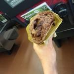 70412147 - 新幹線の車内にてチョコパンを食す。