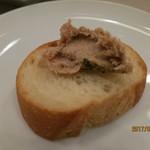 熟成肉バル イチノミヤウッシーナ - バケットに鶏レバームースをチョロ凛子