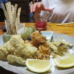 わらじや - 名物の自然薯の落とし揚げ(もちもちかき揚げ風)他、揚げ物の盛り合わせ。
