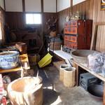 庄司そば - 入り口付近の古道具