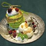 カフェ マラッカ - カフェマラッカのパンダンリーフのパンケーキ。みどり色はパンダンリーフの色素によるものです。ココナッツミルク、ココナッツシュガーを使用した東南アジア フュージョン パンケーキです。(中崎町カフェマラッカ)