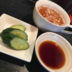 ぎょうざや よっちゃん - コクのあるスープに優しいキュウリのお漬物