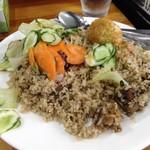 ASIA CURRY HOUSE - サラダと揚げ卵が載せられたマトンビリヤニ