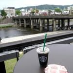 スターバックス・コーヒー - 何故だかマクドのチーズバーガーが…
