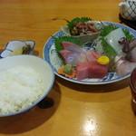 魚佐 - お刺身盛合せ定食2,160円全景 飲んべ仕様?ご飯は普通盛のハズですが少なめかも
