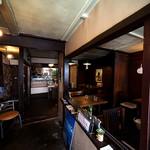 カフェイチマルマルイチ - やや暗めの落ち着いた店内。