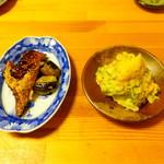 かもん亭 - お通しのカツオの揚げ煮とサツマイモのポテサラ