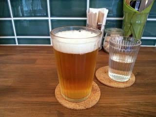 奈良ゲストハウス 神奈寐 - ビール(400円)は缶ビールをグラスで