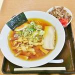 70464782 - 醤油ラーメン+ミニ牛丼1000円。