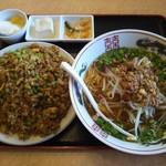 福満苑 - 台湾屋台麺+牛バラニンニン入りチャーハン842円