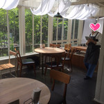 カフェブルー - テーブル席は明るく開放的!!