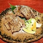 糀や仁太郎 - 厚切り牛タン2種盛り2800円。