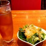 浅草カフェ ラグランドカリス - ウーロン茶とサラダ