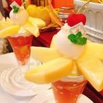 ザ・東京フルーツ パーラー - 清水白桃のパフェ