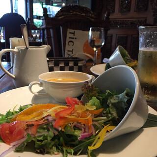 バリラックス ザ ガーデン 梅田 - ランチセットのサラダとトムヤムスープ