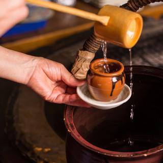 """アツアツの日本酒""""神威岬""""は甕から壺(500円)に移して飲む"""