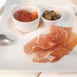 東京ベリーニカフェ - ビアガーデンプランの トマトのアラビアータサラダ ・オリーブのフリット・プロシュート