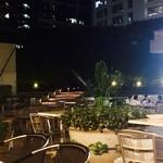 東京ベリーニカフェ - 夜のテラス席はこんな雰囲気。まだ空席もチラホラあり、穴場のビアガーデン。