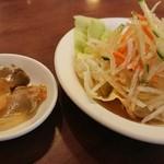 台南担仔麺 - サラダとザーサイ