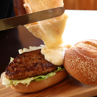 フリーデッキで食べる白老牛バーガーで非日常のひとときを堪能!