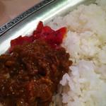 タンドゥール - カレーをご飯にかけ、福神漬けをトッピング