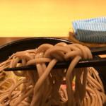 70491337 - 「かけそば」麺リフト。この写真を見て戴ければ、蕎麦の品質に関して、だいたい見当がつくところであろう。