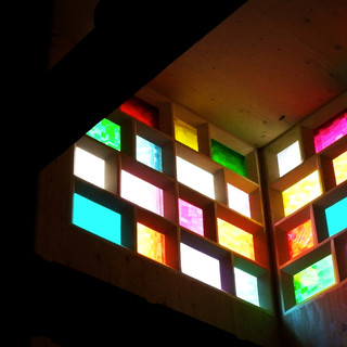 晴れた日にはステンドグラスから虹色の光が射します