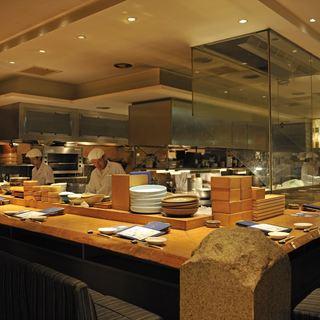 オープンキッチン。料理人の技を愉しむ。デートにもオススメ