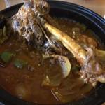 トポリ - 「マヒチェ」(1300円)。 マトンの骨つき肉とトマト、野菜をタジン鍋で煮込んだもの。バスマティライスつき。大きな骨つきマトンが柔らかくジューシー、スープも野菜のコクが効いていて美味!