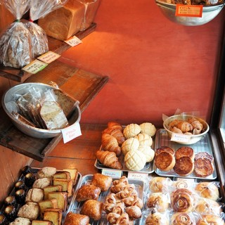 ネコノテパン工場 - 料理写真:入ってトレーとトングを受け取り「右向け右」、これがパンのディスプレイスペースです!(2017.7.24)